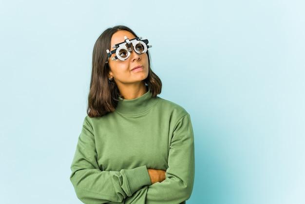 Jonge oculist latijns-vrouw droomt van het bereiken van doelen en doeleinden
