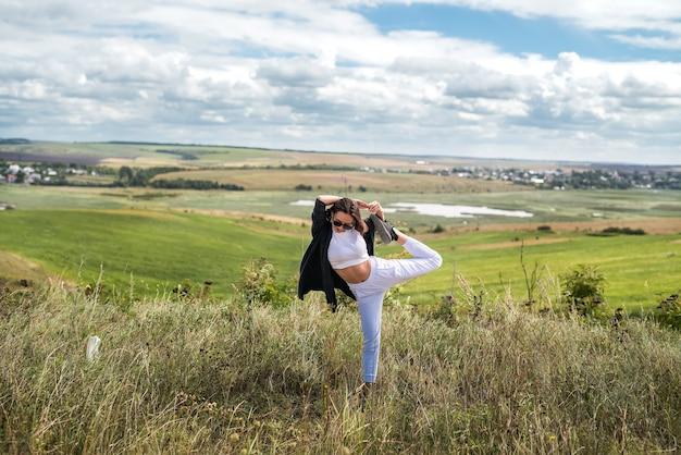 Jonge oekraïense vrouw loopt op een warme zomerdag in het veld. levenswijze