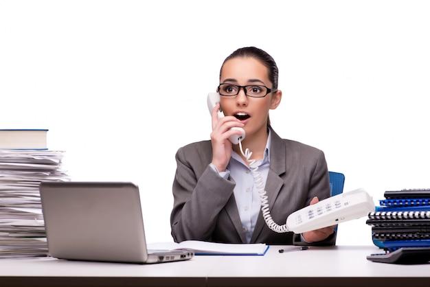 Jonge onderneemster in bureau dat op wit wordt geïsoleerd