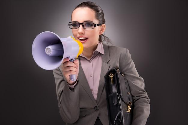 Jonge onderneemster met luidspreker in bedrijfsconcept