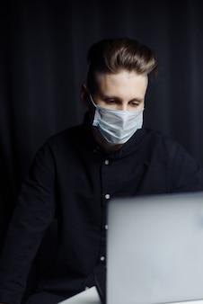 Jonge ondernemer die afstandsonderwijs online cursussen in de avond thuis bestuderen. het concept van zelfisolatie als gevolg van de pandemie van het coronavirus