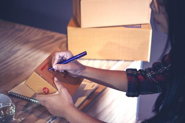 Jonge ondernemer, tienerbedrijfseigenaar het werk thuis, vakje voor levering