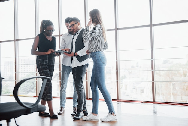 Jonge ondernemers bespreken samen nieuwe creatieve ideeën tijdens een bijeenkomst op kantoor