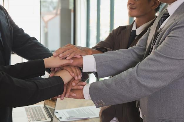 Jonge ondernemers de handen ineen