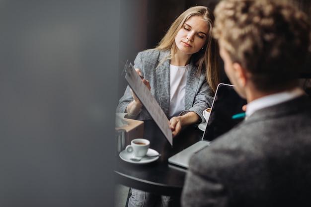 Jonge ondernemers met een bijeenkomst in een café