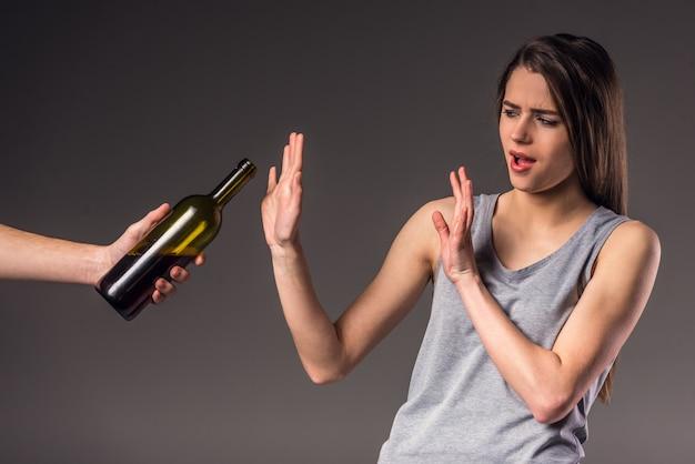 Jonge ongelukkige vrouw, afwijzing van slechte gewoonten.