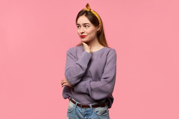 Jonge ongerust gemaakte vrouw met hoofdband