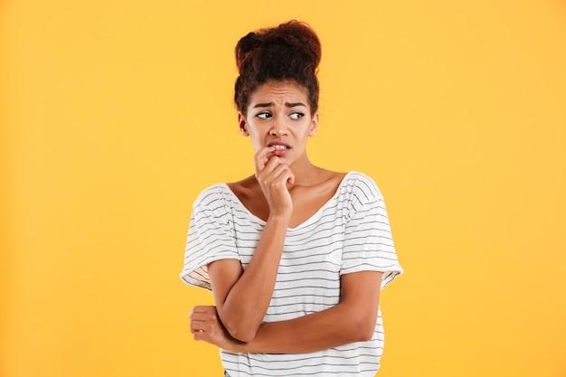 Jonge ontevreden vrouw die opzij met geïsoleerde afschuw kijkt
