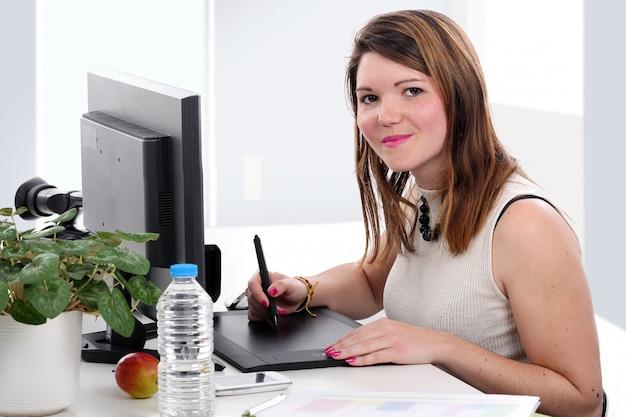 Jonge ontwerper die grafische tablet gebruikt
