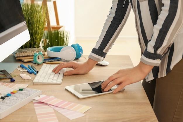 Jonge ontwerper die op kantoor werkt