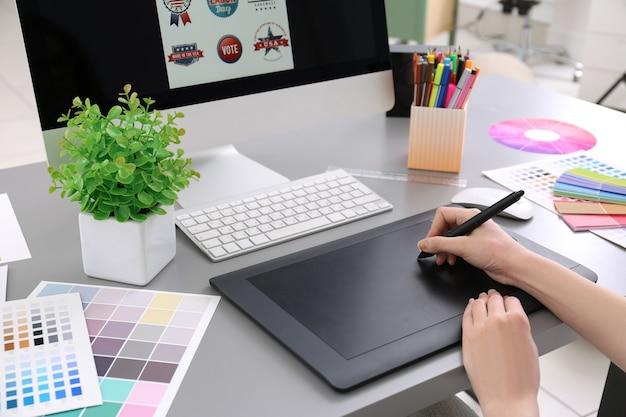 Jonge ontwerper schetsen tekenen op grafisch tablet, close-up