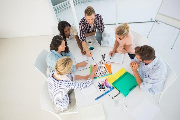 Jonge ontwerpteam samen brainstormen