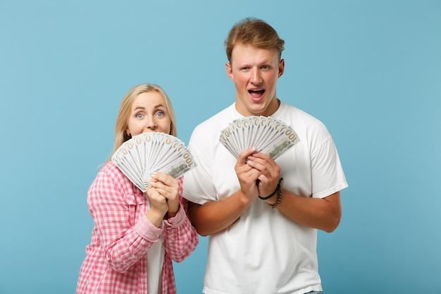 Jonge opgewonden paar twee vrienden, man en vrouw in wit roze t-shirts poseren