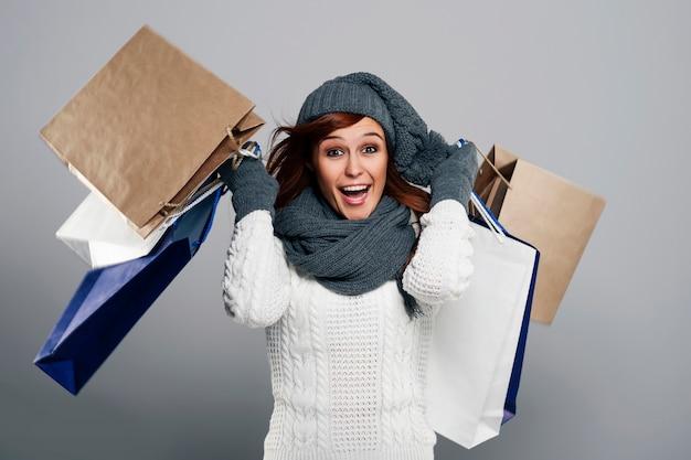 Jonge opgewonden vrouw tijdens de winteruitverkoop