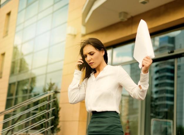 Jonge overstuur zakenvrouw draagt blouse en een rok
