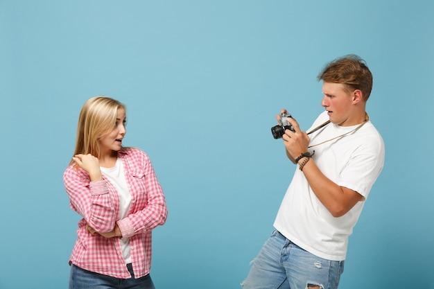 Jonge paar vrienden man en vrouw in wit roze lege lege t-shirts poseren