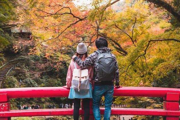 Jonge paarreiziger die mooi landschap minoo-park bekijken in japan, het concept van de reislevensstijl