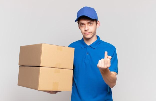 Jonge pakketbezorger die zich boos, geïrriteerd, opstandig en agressief voelt, de middelvinger omdraait, terugvecht
