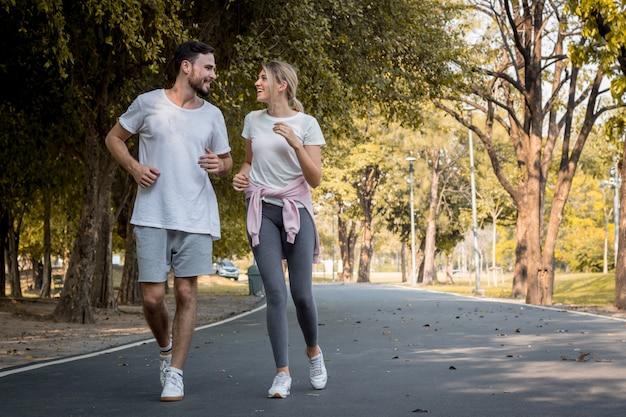 Jonge paren joggen in het park.