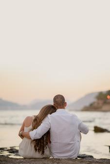 Jonge paren romantisch buiten omarmen op sint valentijnsdag
