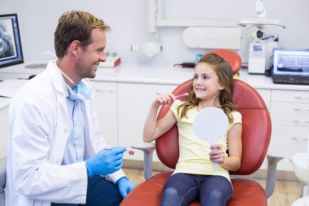 Jonge patiënt interactie met tandarts in tandheelkundige kliniek