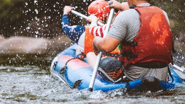 Jonge persoon raften op de rivier