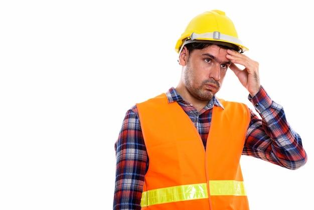 Jonge perzische bouwvakker die gestrest kijkt