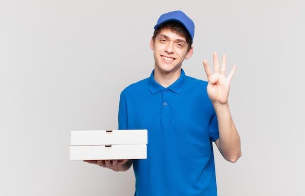 Jonge pizzabezorger die lacht en er vriendelijk uitziet, nummer vier of vierde toont met de hand naar voren, aftellend