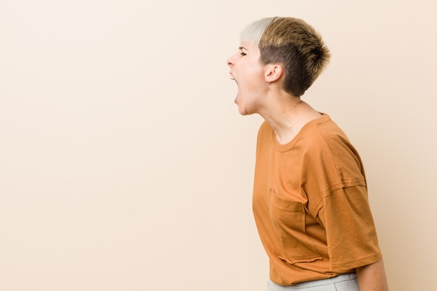 Jonge plus-groottevrouw die met kort haar naar een exemplaarruimte schreeuwen