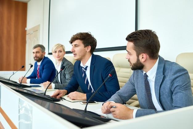 Jonge politicus spreken in persconferentie