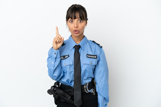 Jonge politie gemengd ras vrouw geïsoleerde achtergrond die van plan is de oplossing te realiseren terwijl ze een vinger opheft