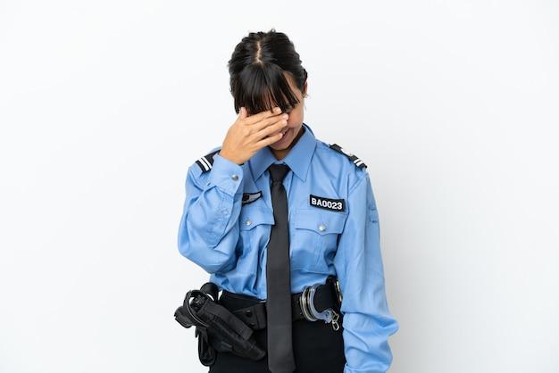 Jonge politie gemengd ras vrouw geïsoleerde achtergrond lachen