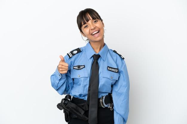Jonge politie gemengd ras vrouw geïsoleerde achtergrond met duimen omhoog omdat er iets goeds is gebeurd