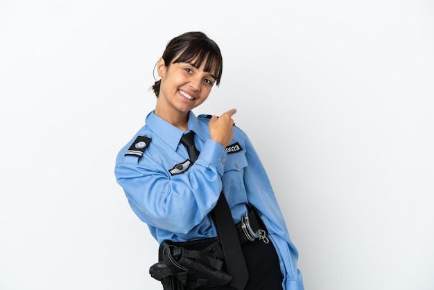 Jonge politie gemengd ras vrouw geïsoleerde achtergrond wijzend terug