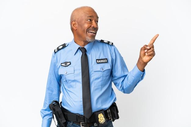 Jonge politieman geïsoleerd op een witte achtergrond die van plan is de oplossing te realiseren terwijl hij een vinger opheft