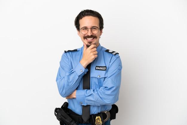 Jonge politieman over geïsoleerde achtergrond wit met een bril en lachend