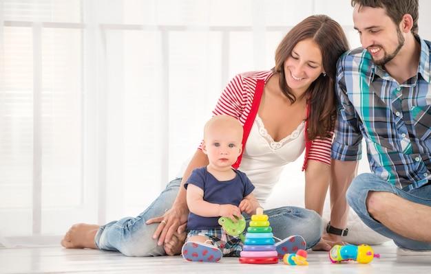 Jonge positieve familie, moeder, vader en zoon
