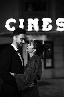 Jonge positieve man knuffelen charmante aantrekkelijke gelukkig vrouw op straat