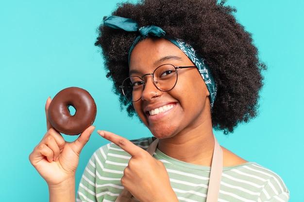 Jonge pre afro vrouw met een donut