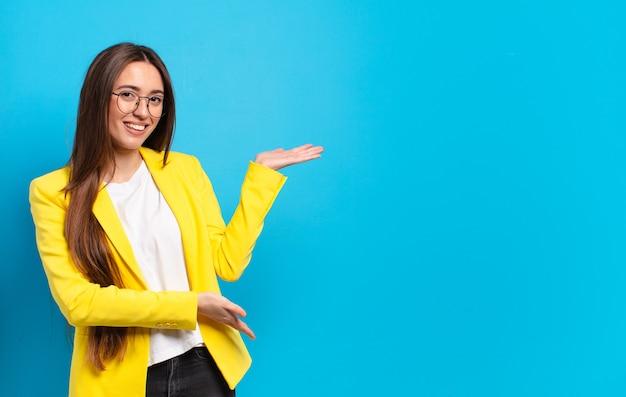 Jonge pre zakenvrouw met een kopie ruimte