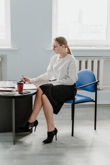 Jonge professionals die een nieuwe baan beginnen, een carrièreportret van een jonge zelfverzekerde zakenvrouw