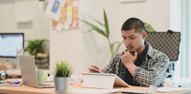 Jonge professionele grafisch ontwerper die het project voorbereidt