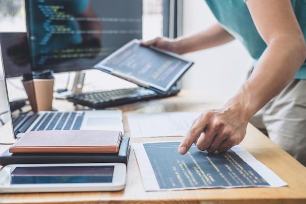Jonge professionele programmeur die werkt aan het ontwikkelen van programmeren en website