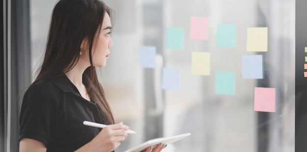 Jonge professionele vrouwelijke freelancer die het idee verzamelt