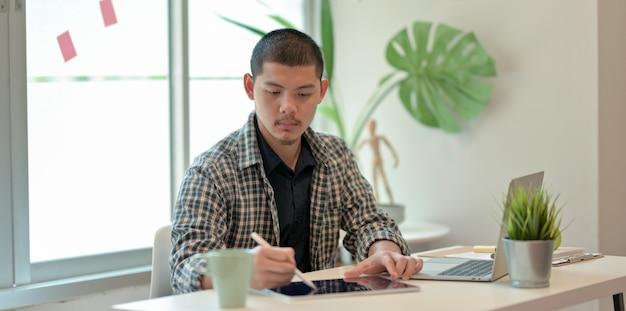 Jonge professionele zakenman die zijn strategie schaven