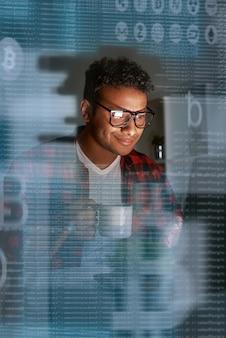 Jonge programmeur die nadenkt over het aanbieden van ico- en muntsucces