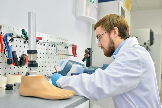 Jonge prothesemaker werken in laboratorium