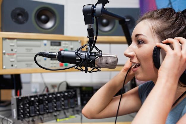 Jonge radiopresentator aan het woord