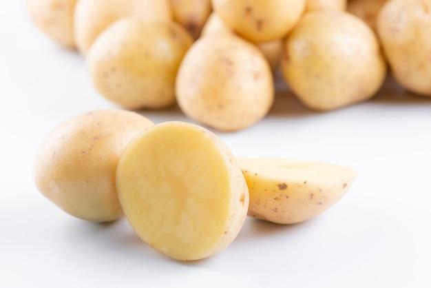 Jonge rauwe aardappelen geïsoleerd op een witte achtergrond close-up