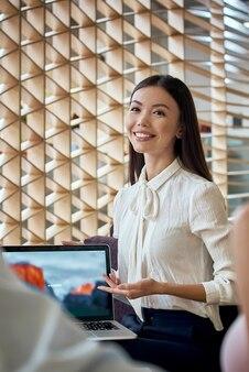 Jonge reisagent geeft een presentatie aan een klant